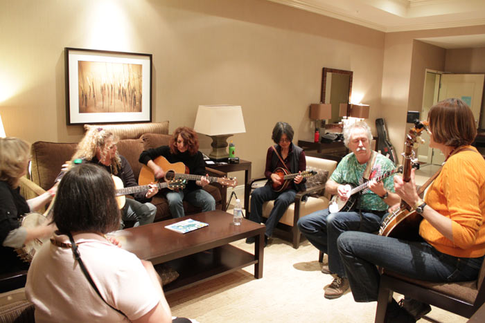 Live impromptu jam session in hotel room | Bellevue.com